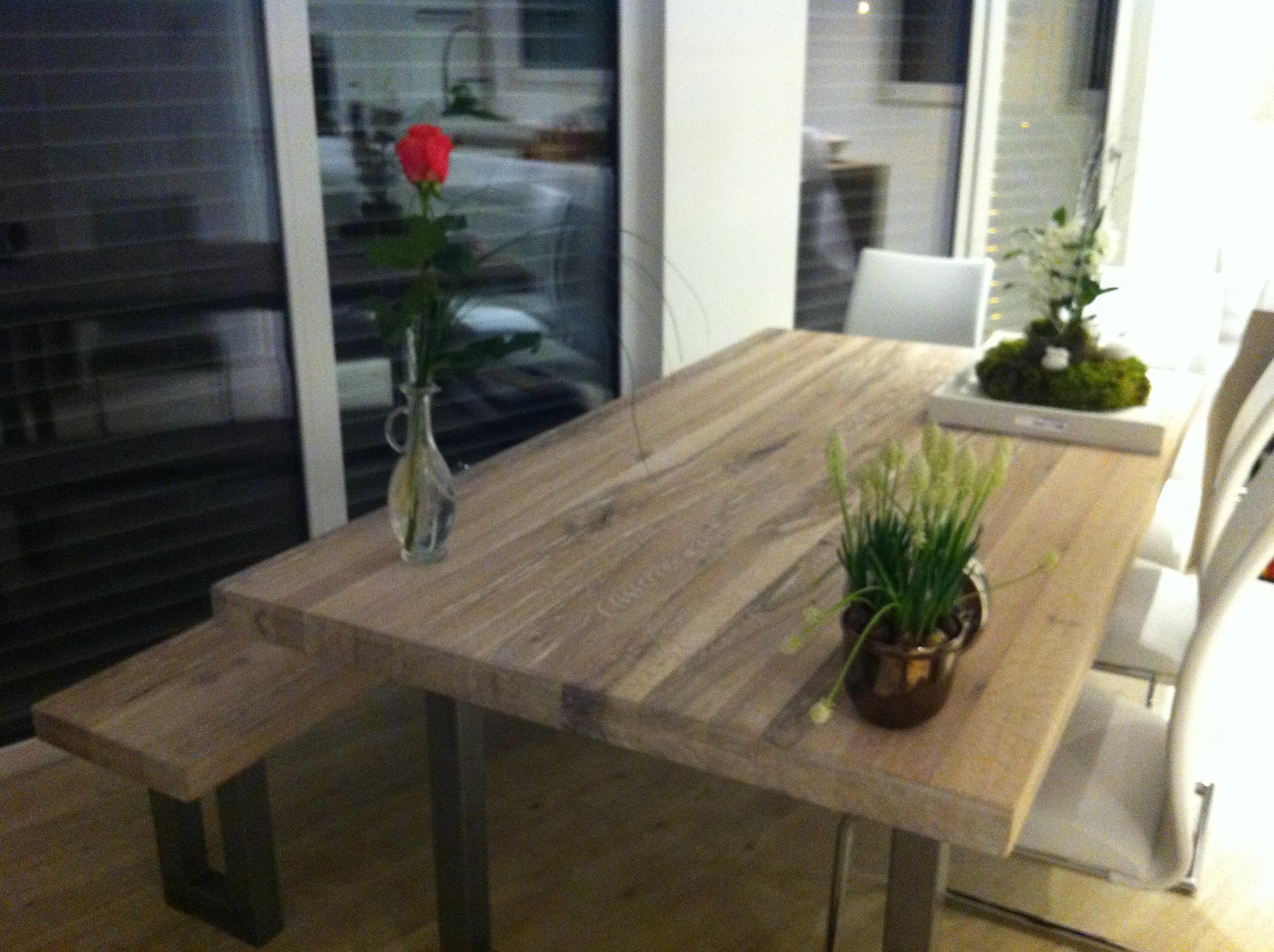 esstisch aus echtholz in modernen einfamilienhaus am kaiserstuhl designed by sina schmidt. Black Bedroom Furniture Sets. Home Design Ideas